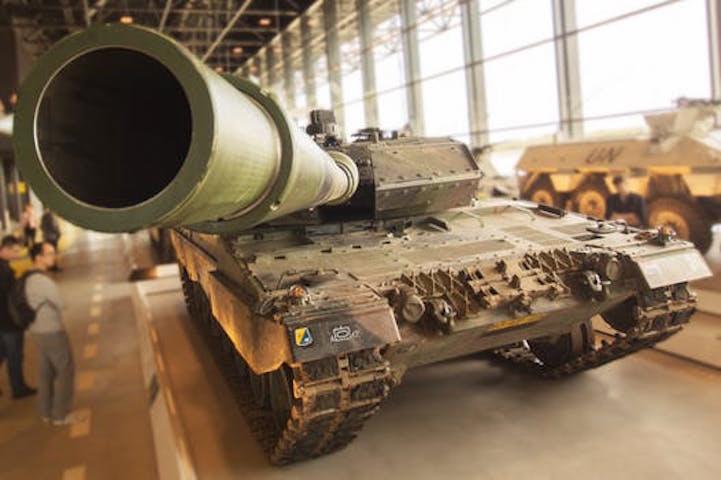 En stridsvagn riktar sin kanon