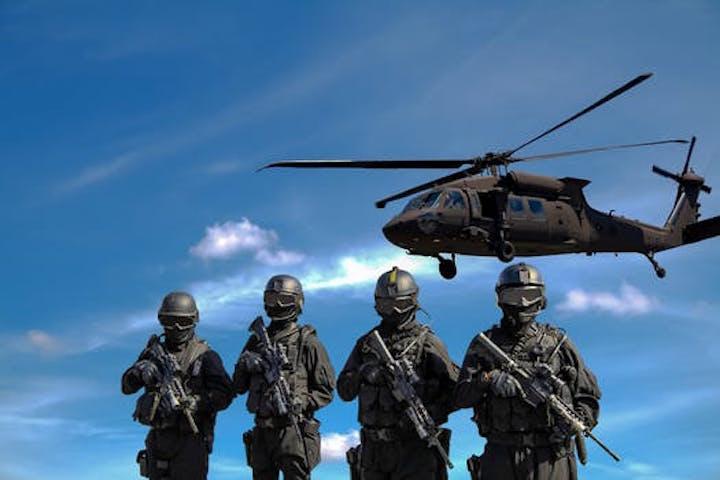 En blackhawk med soldater