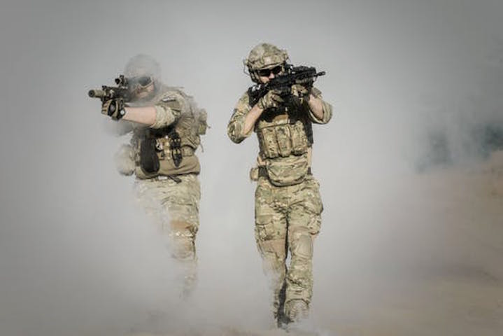 Soldater som rycker fram
